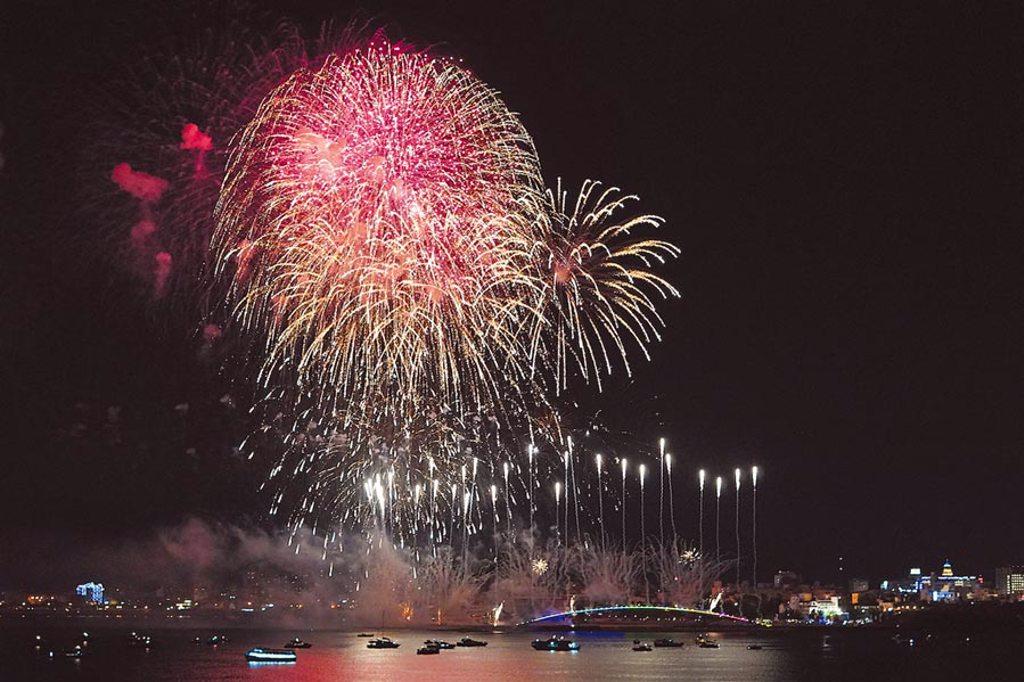 雄獅旅遊首創讓旅客在國際郵輪上欣賞「海上版」的絢麗澎湖花火節。(何書青攝)