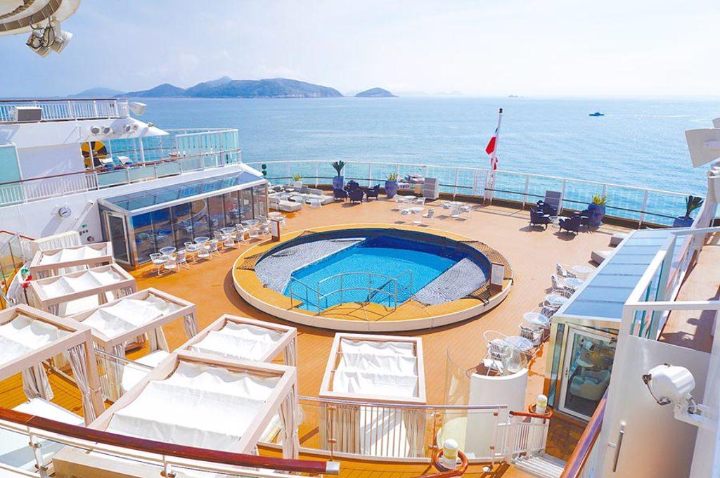 入住探索夢號「皇宮」,旅客可享受專屬泳池及日光甲板。(何書青攝)