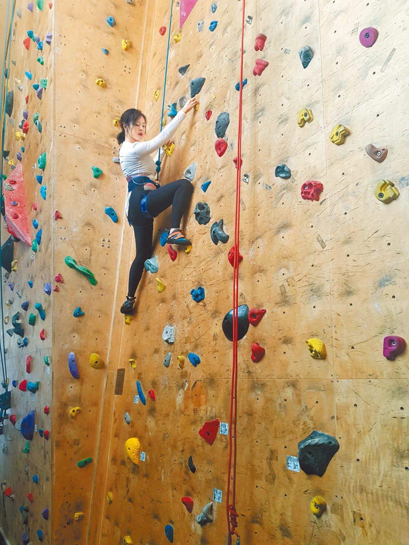 劉品言昨與粉絲一起攀岩,才10多分鐘汗如雨下。(鴻言娛樂提供)