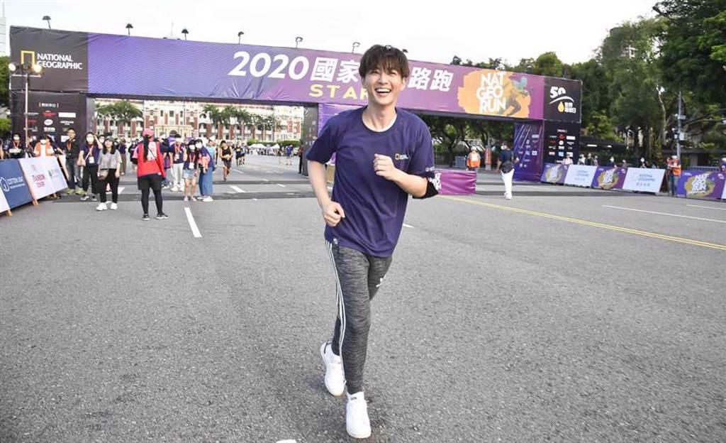 炎亞綸在總統府前小跑1公里多,國中回憶上心頭。(國家地理提供)