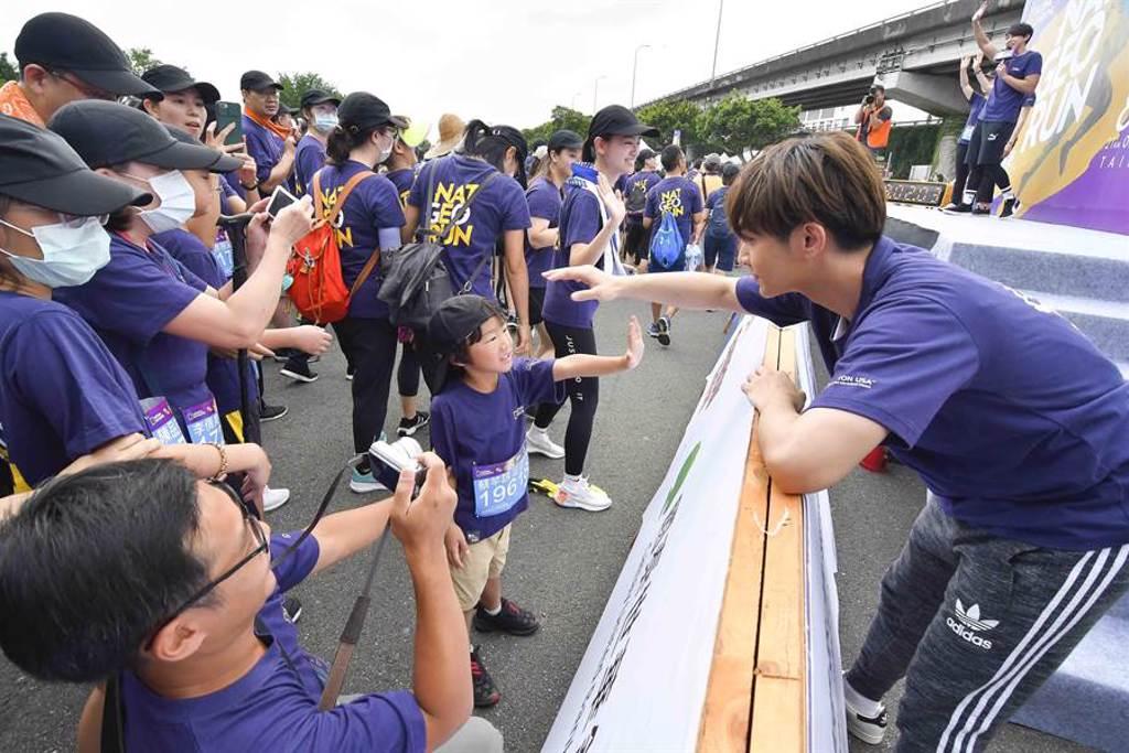 炎亞綸在大佳河濱公園與小粉絲互動。(國家地理提供)