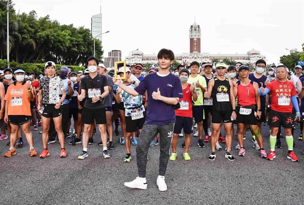 炎亞綸在總統府前起跑線前與參加者合影。(國家地理提供)
