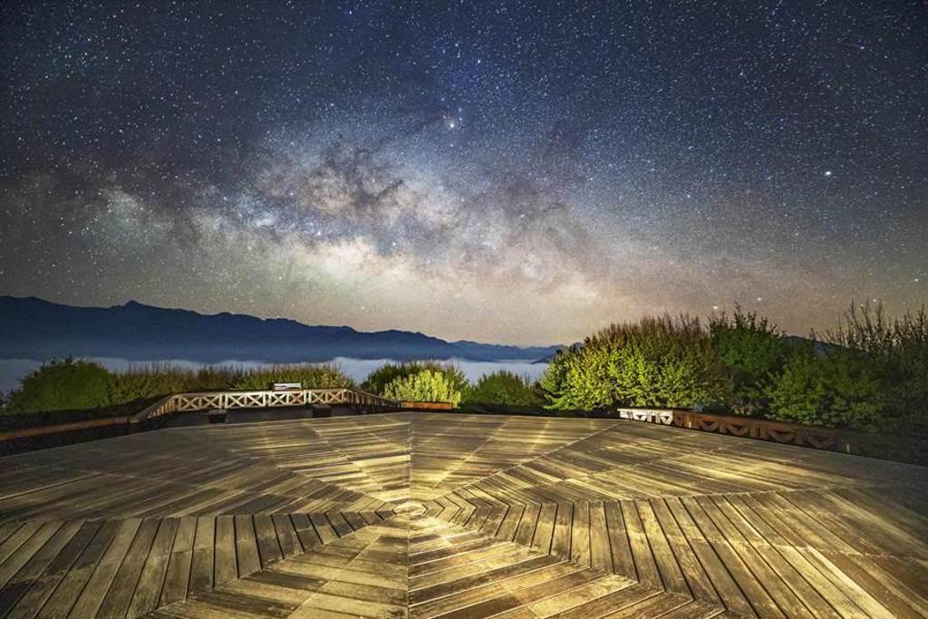 阿里山森林遊樂園區的小笠原觀景台屬「低光害」、「無建物遮蔽」的觀星點。(嘉義縣政府提供/張毓翎嘉義傳真)