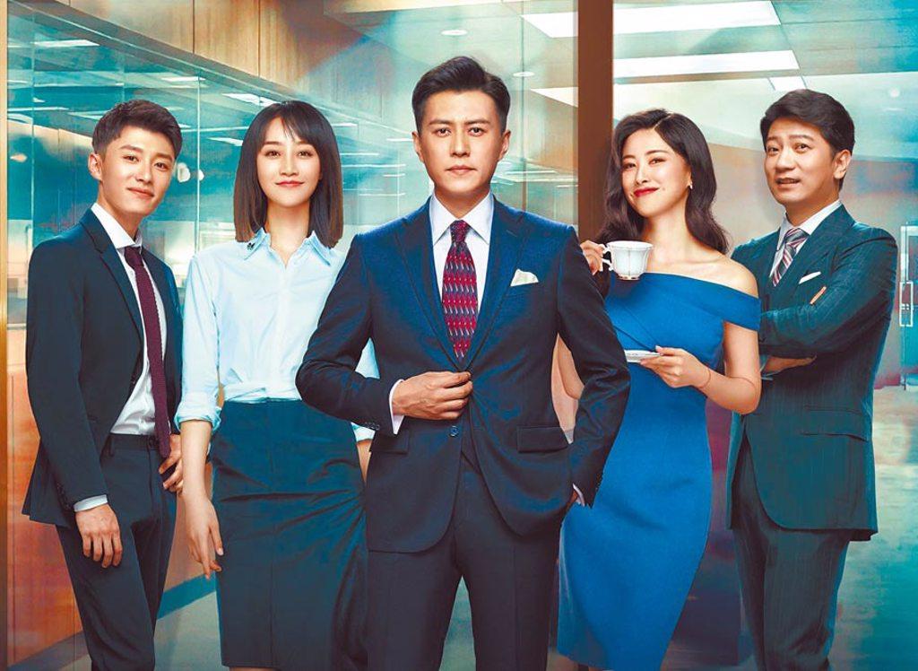 靳東(中)與田雨(右起)、朱珠、藍盈瑩、代旭領銜主演《精英律師》,講述一群為理想奮鬥的律師故事。(中天娛樂台提供)