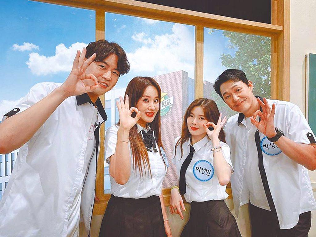 嚴正化(左二)的女高生造型驚豔眾人,與李相侖(左起)、李先彬、朴星雄上節目宣傳。(摘自IG)