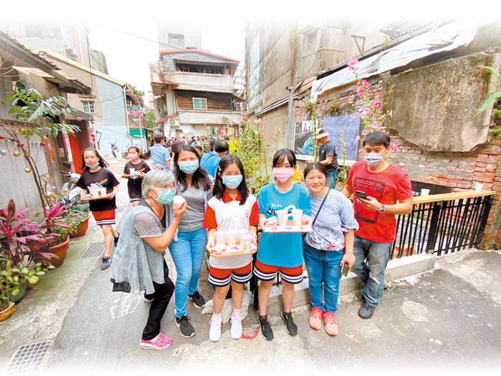 台北市建成國中學生前往大溝和社區居民一起綠美化環境,茶道社同學也到場為大家奉茶。(摘自雙連大溝打勾勾)