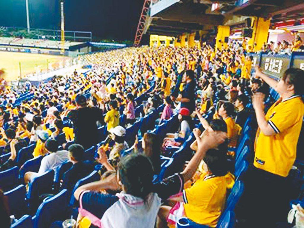 在台中洲際球場進行的樂天、中信之戰,達成累計3000萬人次里程碑。(中信兄弟提供)