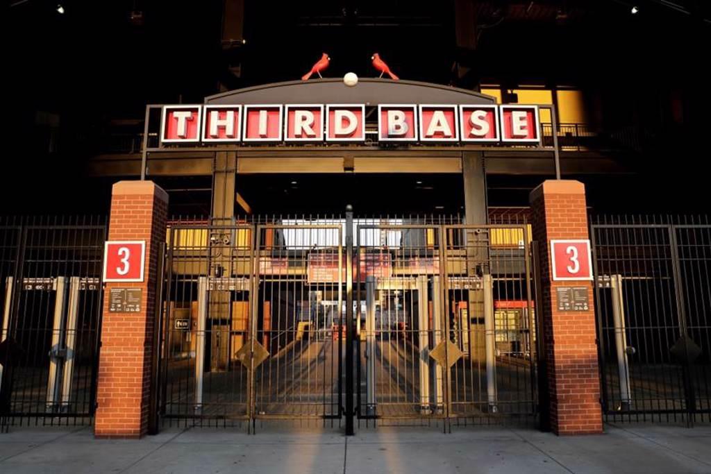 聖路易紅雀隊遲遲無法復賽,主場大門緊閉。(美聯社資料照)