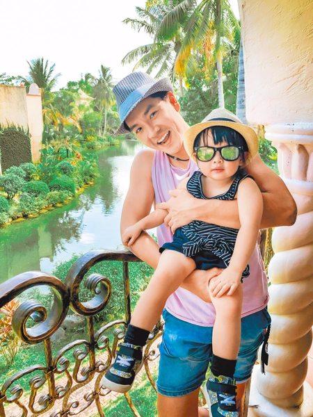 王傳一為人父和2歲女兒搶食物