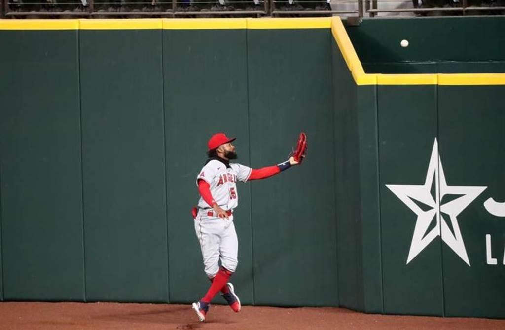 天使隊右外野手阿戴爾接球失誤,球從手套彈到全壘打牆外。(路透)