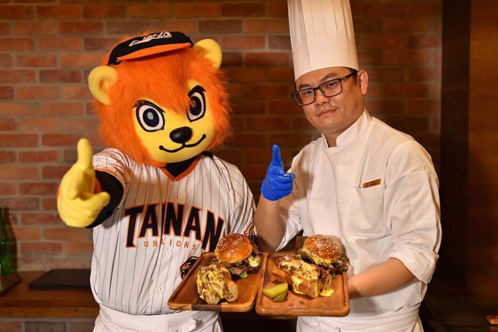 萊恩(左)挑戰一日廚師任務,這次是製作漢堡。(統一獅提供/廖德修台北傳真)