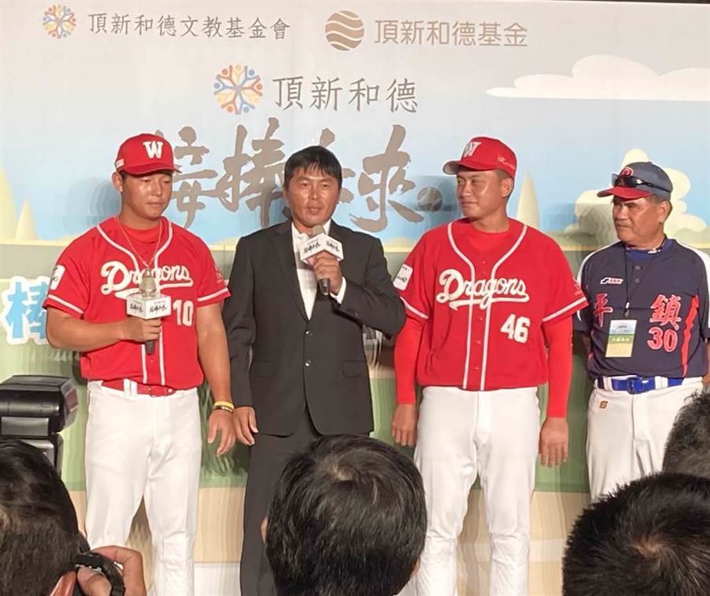 味全龍總教練葉君璋(左2)出席捐車記者會。(鄧心瑜攝)