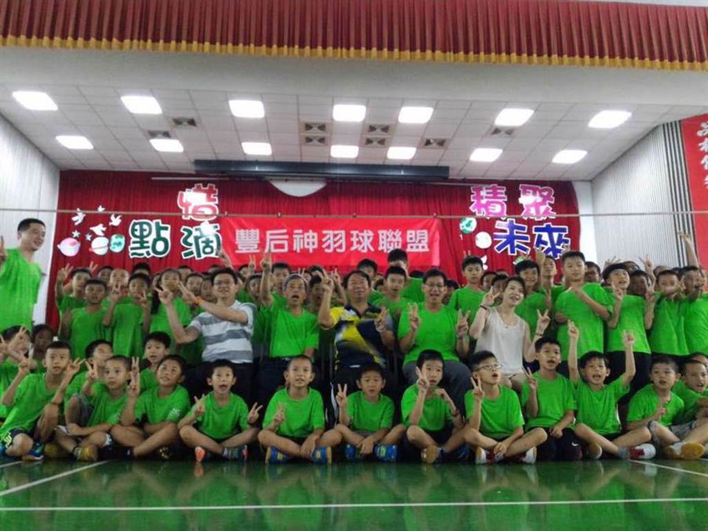 南陽國小羽球隊勇奪2020嘉義市市長盃,全國羽球錦標賽國小男生團體組第一名的榮耀。(台中市議員謝志忠提供/陳世宗台中傳真)