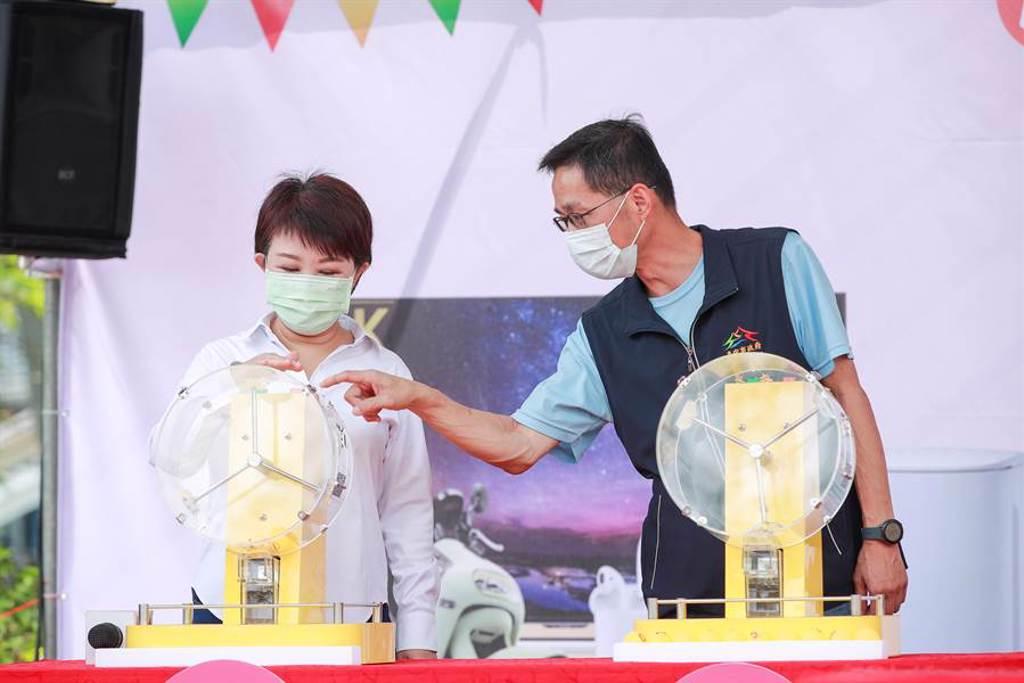 台中市長盧秀燕以幸運之手抽出大獎,壓軸精品豪宅備受期待。(盧金足攝)