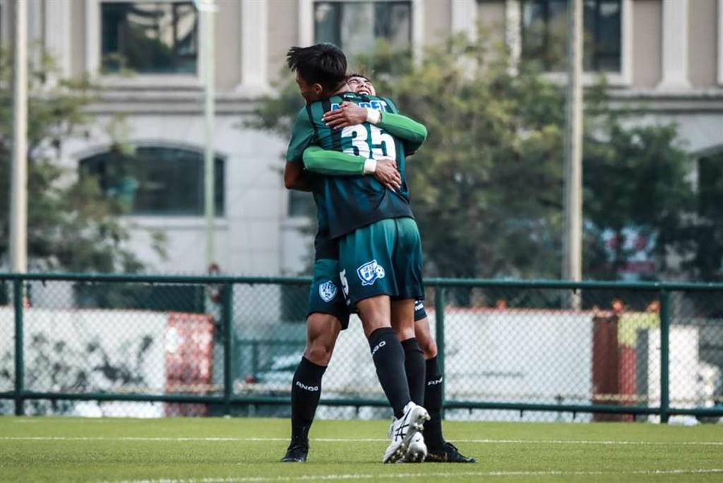 台體利亞設(前)進球後與送出助攻的隊長高偉傑擁抱慶祝。(中華足協提供)