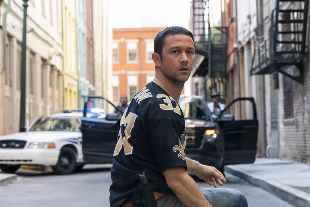 好萊塢型男男星喬瑟夫高登李維在新片《超能計畫》化身帥警上街頭緝兇。(Netflix提供)