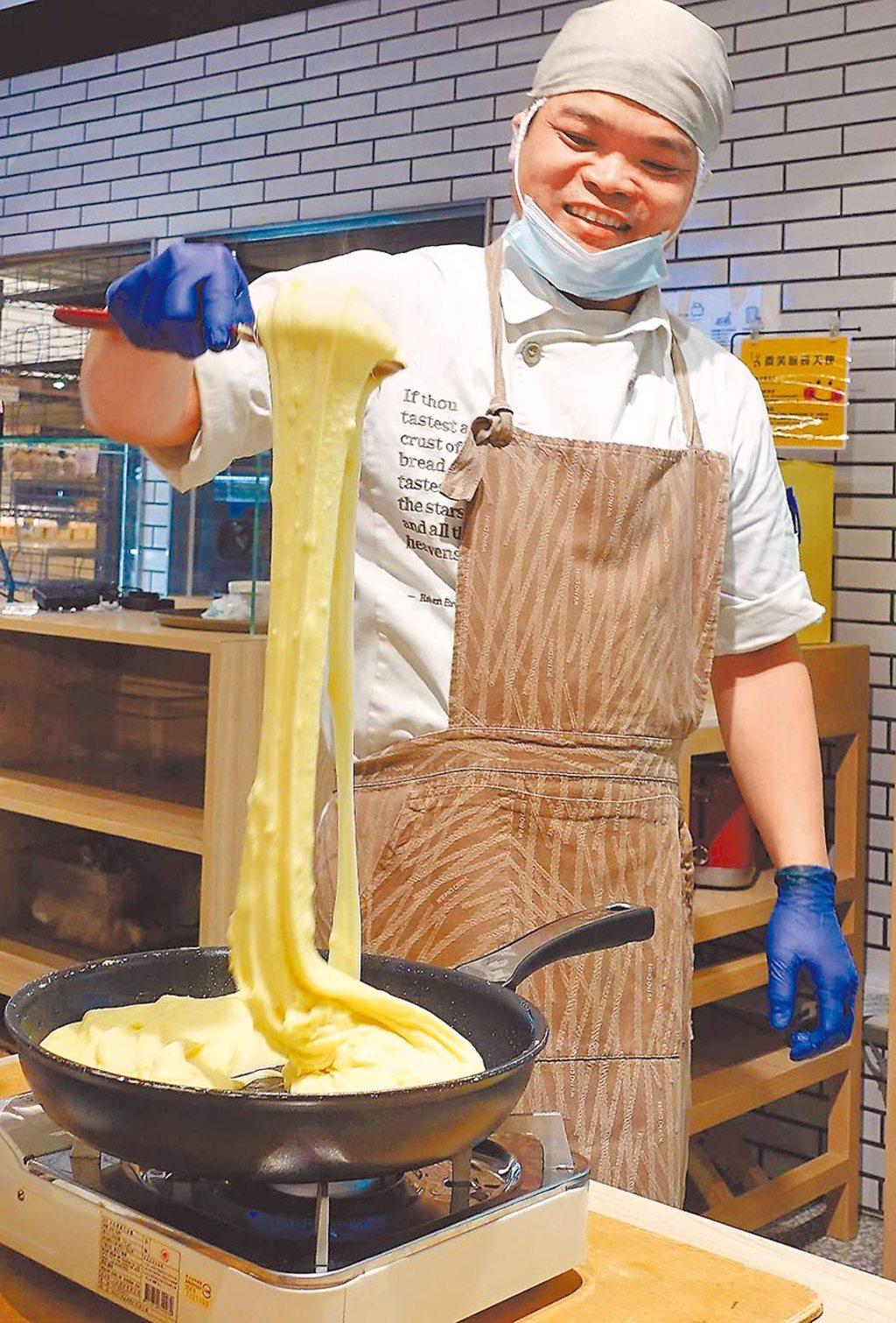 陳明模師傅一舉拉起的薯泥,宛如氣勢磅礡的瀑布。