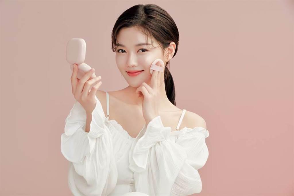 金裕貞使用「光感寶寶粉」打造光澤底妝。(圖/品牌提供)