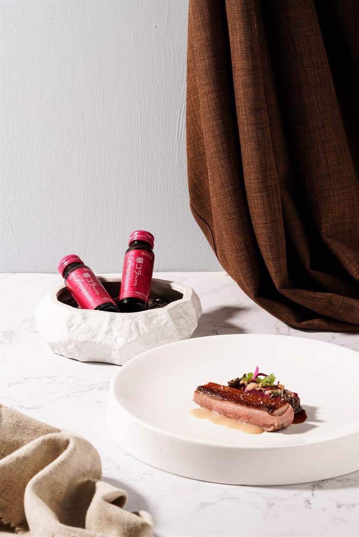 西班牙名廚丹尼爾將AFC華舞膠原蛋白飲入菜。(AFC提供)