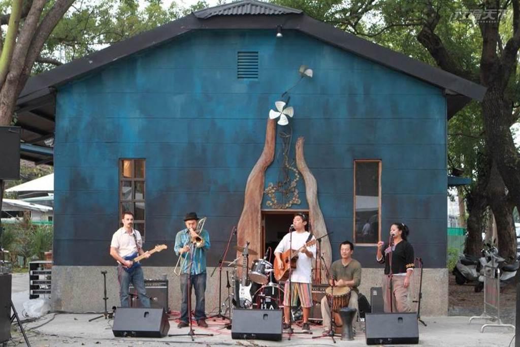 鐵花村中不定時舉辦創意市集與歌手駐村演出。 (圖/行遍天下提供)