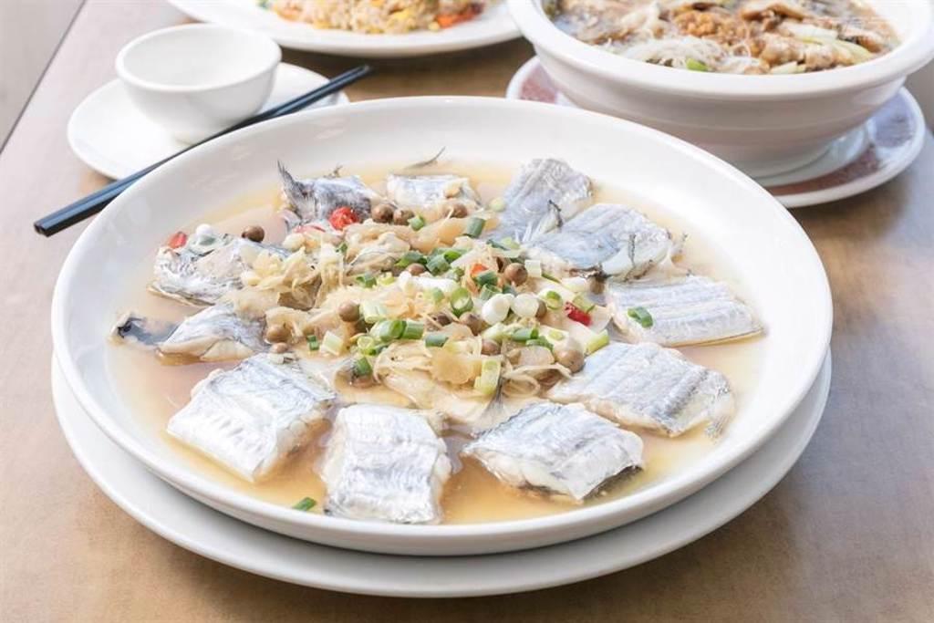 肉質細緻的白鯧魚配上帶點口感的蛋酥,與吸滿了湯汁的米粉,鹹香卻溫潤。(圖/行遍天下提供)