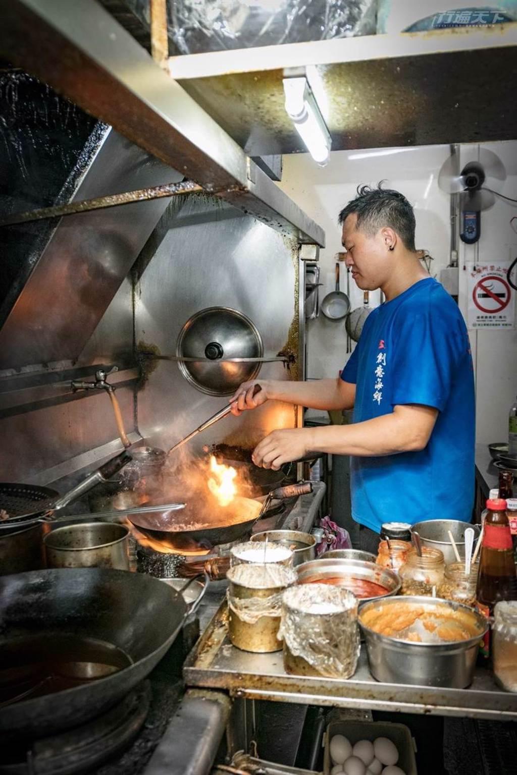廚房中老闆熟練地巧手變化出各種誘人的海鮮料理。(圖/行遍天下提供)
