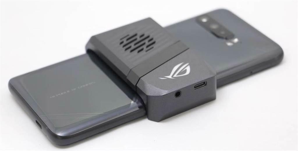 華碩ROG Phone 3與空氣動力風扇三代。(黃慧雯攝)
