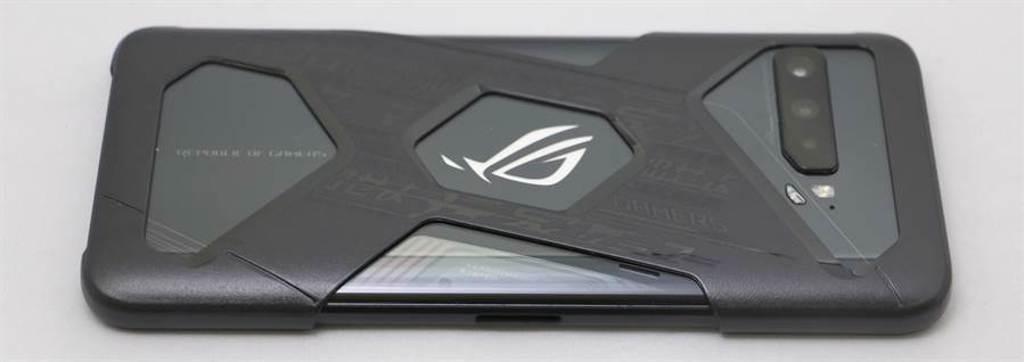 華碩ROG Phone 3搭配搭配盒附保護殼。(黃慧雯攝)