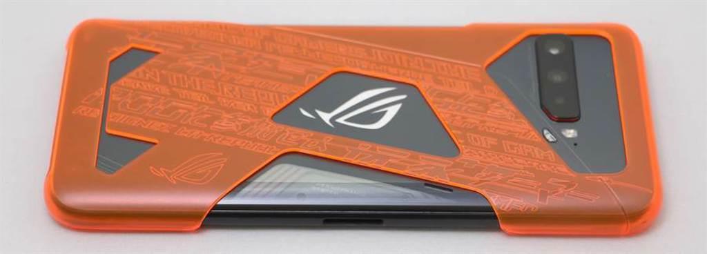 華碩ROG Phone 3搭配Aero螢光保護殼。(黃慧雯攝)