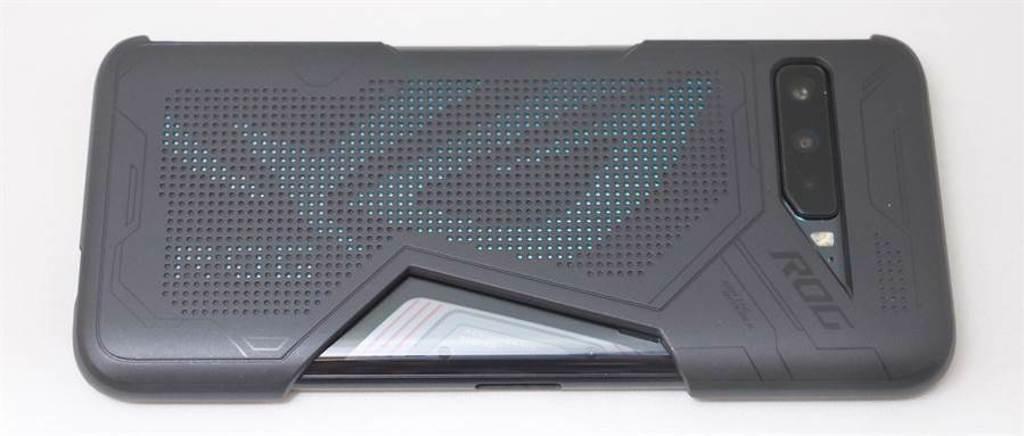 華碩ROG Phone 3搭配第三代炫光保護殼。(黃慧雯攝)