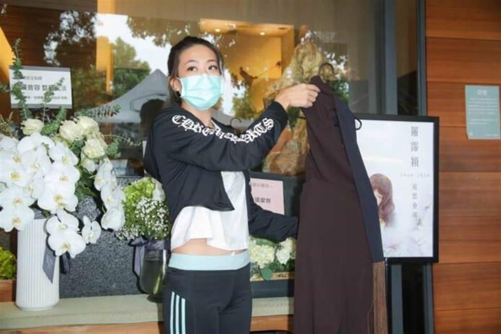 羅霈穎閨蜜帶來冥誕趴禮服。(吳松翰攝)