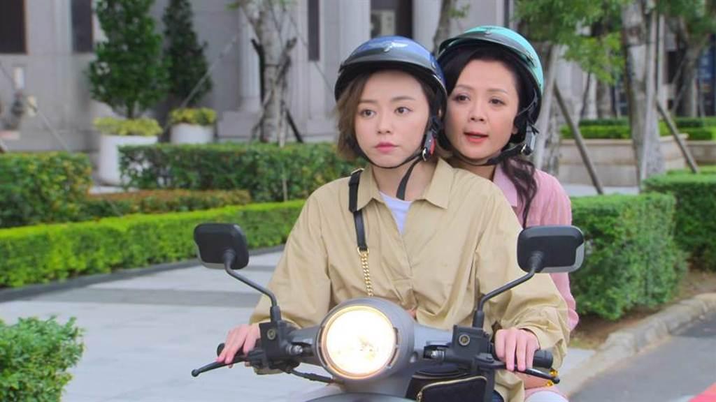 王瞳(前)、高欣欣在《多情城市》飾演母女檔。(民視提供)