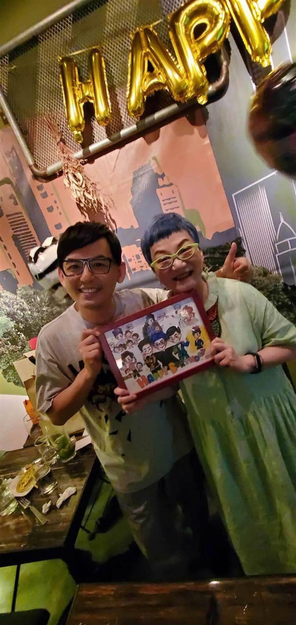 黃子佼(左)送給張小燕特別的生日禮物。(黃子佼提供)