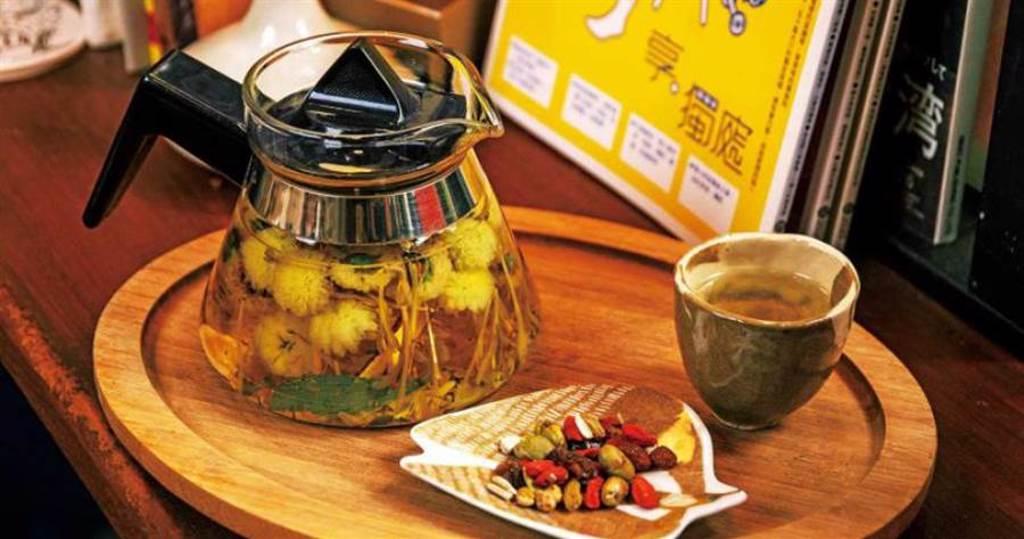 可調整體質的「金菊活力茶」,內含甜菊,口感清甜好喝。(150元)(圖/宋岱融攝)