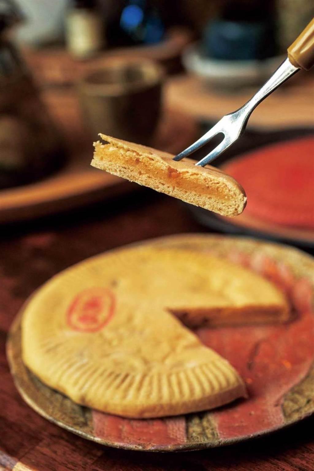 「水果餅」來自台南市永康區的「王西勢食品行」,使用新鮮水果熬煮內餡。(鳳梨金桔口味50元)(圖/宋岱融攝)