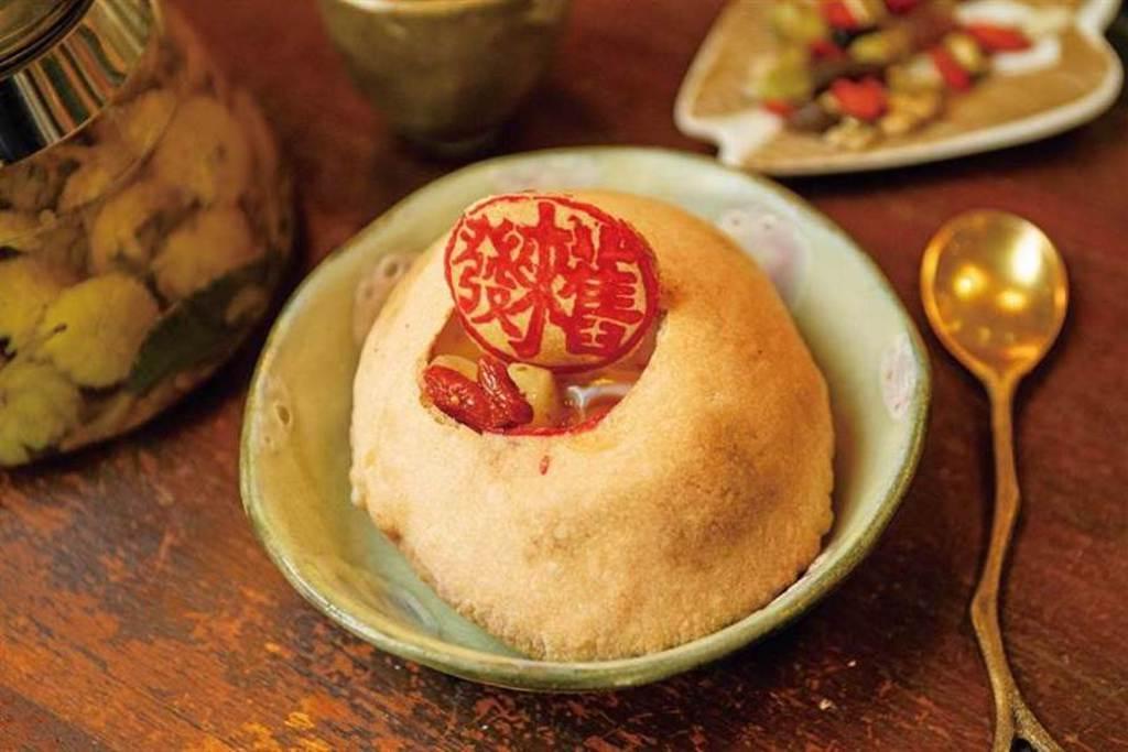 「椪烘蛋」是將台南人的月子餅「麻油椪餅煎蛋」加上酒釀與青醬。(140元)(圖/宋岱融攝)