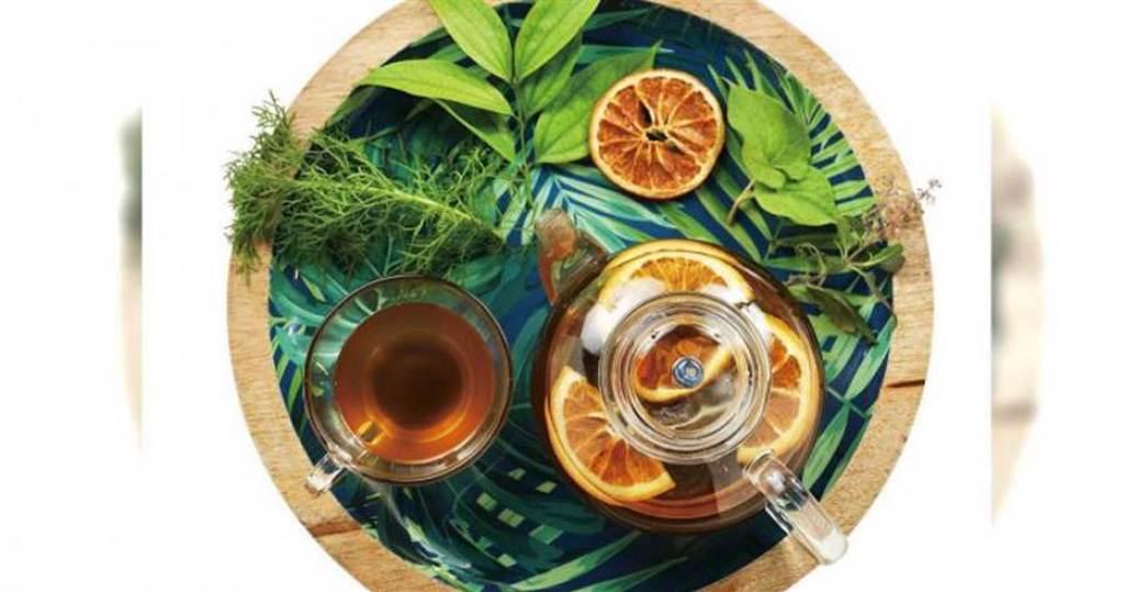 為了讓年輕人愛上青草茶,「日常野草」在傳統的咸豐草、甘草外,多加了果乾,增添清新氣息。(圖/于魯光攝)