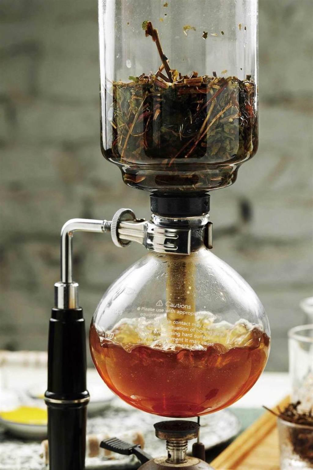 獨特的虹吸壺沖茶法,只萃取茶香跟保健效果,沒有苦澀味。(圖/于魯光攝)
