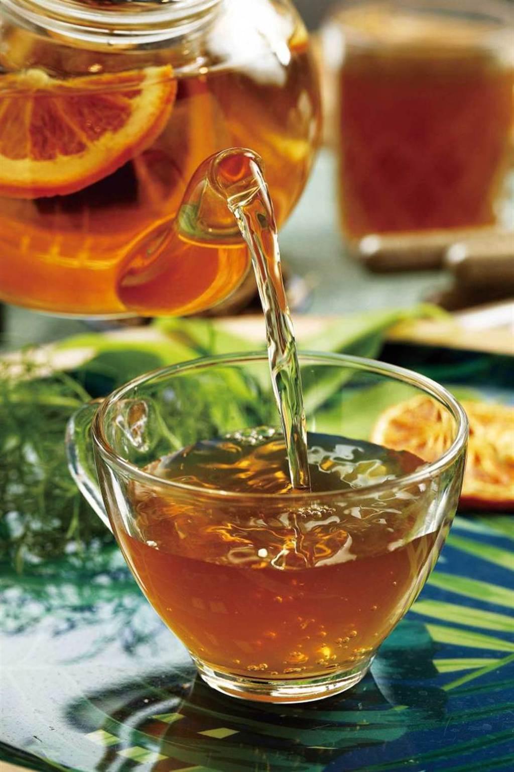 「消油膩果香茶」結合果乾風味,喝起來清新酸甜,後韻迷人。(130元)(圖/于魯光攝)