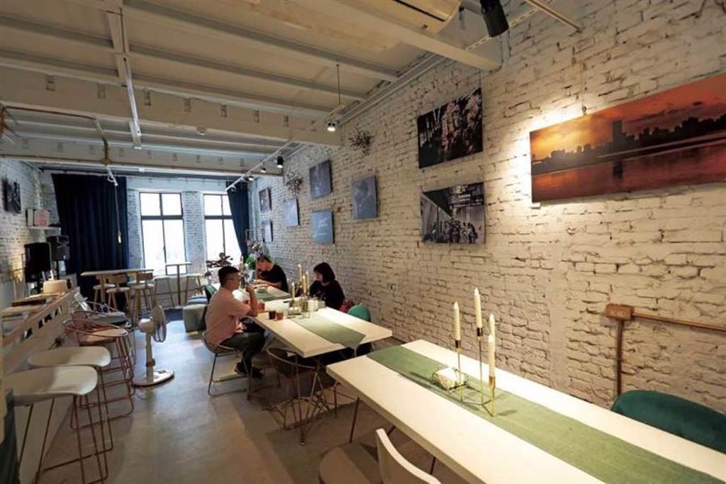 「日常野草」位於時尚品牌概念店「日常經典」的2樓,空間設計明亮時髦。(圖/于魯光攝)