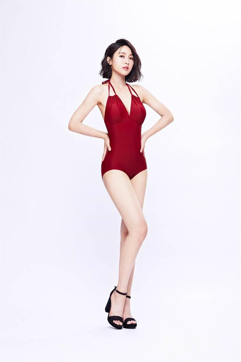 大元穿著性感紅色綁帶連身高衩泳裝。(Laler提供)