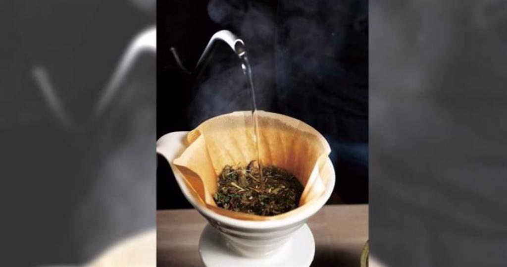 手沖式茶飲需先將青草由細至粗堆疊,才不會堵塞濾紙,韻味也能更加明顯。(120元)(圖/于魯光攝)