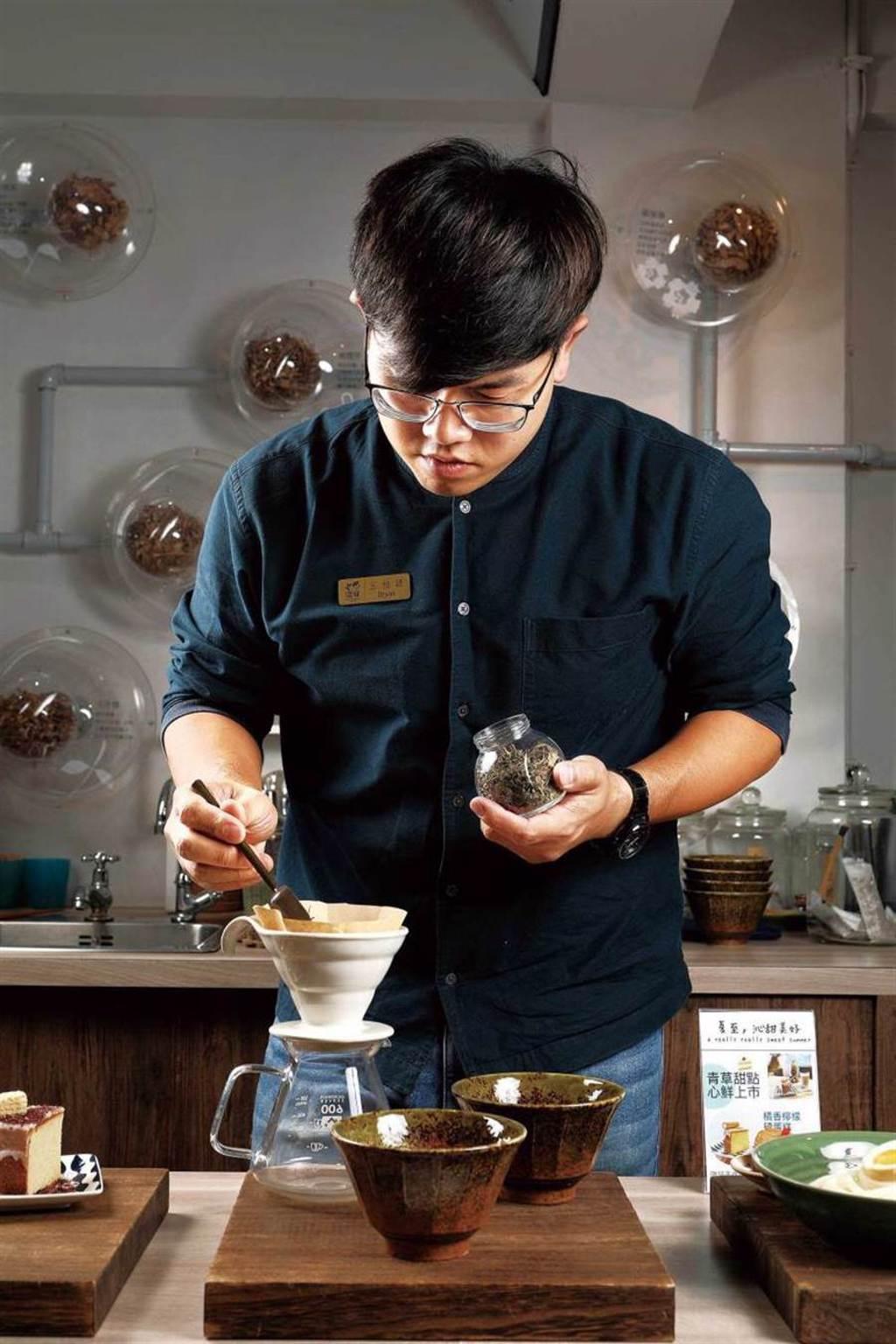 王柏諺親自為點「客製療癒茶」的客人量身調配青草。(150元)(圖/于魯光攝)