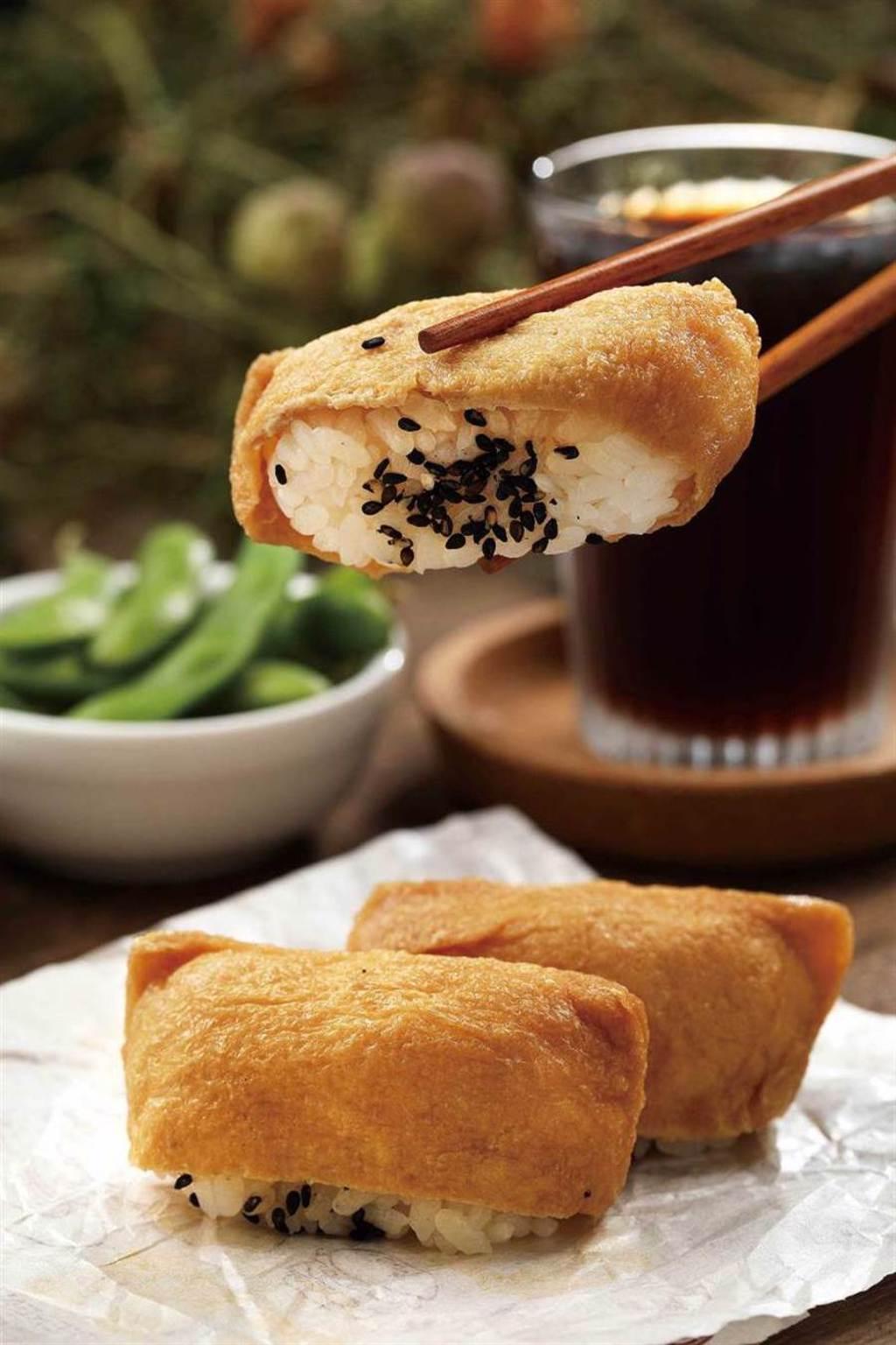 內含青草粉的「青草稻荷」,讓青草不只能喝,也能吃得到。(小50元、大70元)(圖/于魯光攝)
