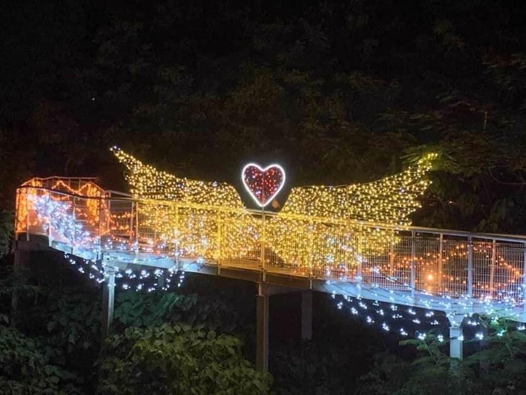 彰化八卦山天空步道夜間光雕已於月初點燈,夜間燈飾璀璨繽紛,增添浪漫氣氛。(公所提供/謝瓊雲彰化傳真)