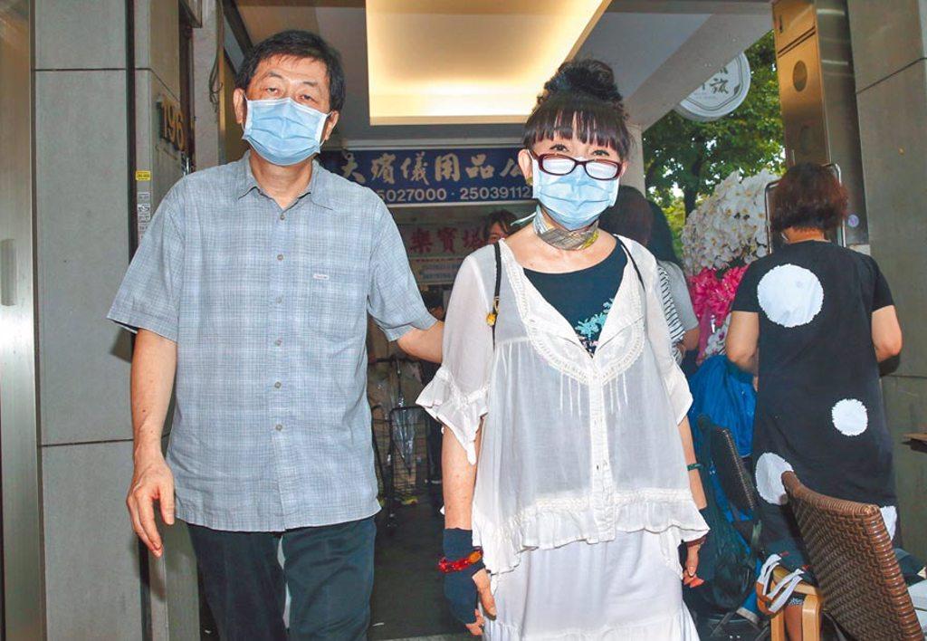蔡閨(右)和製作人老公賴勛彪昨赴靈堂致意,回憶羅霈穎過去想教她打麻將。(粘耿豪攝)