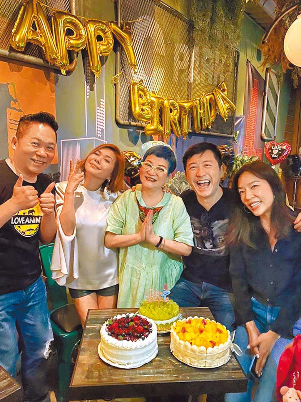卜學亮(左起)、張清芳、張小燕、庾澄慶、張嘉欣10日晚間齊聚慶生趴。(摘自臉書)