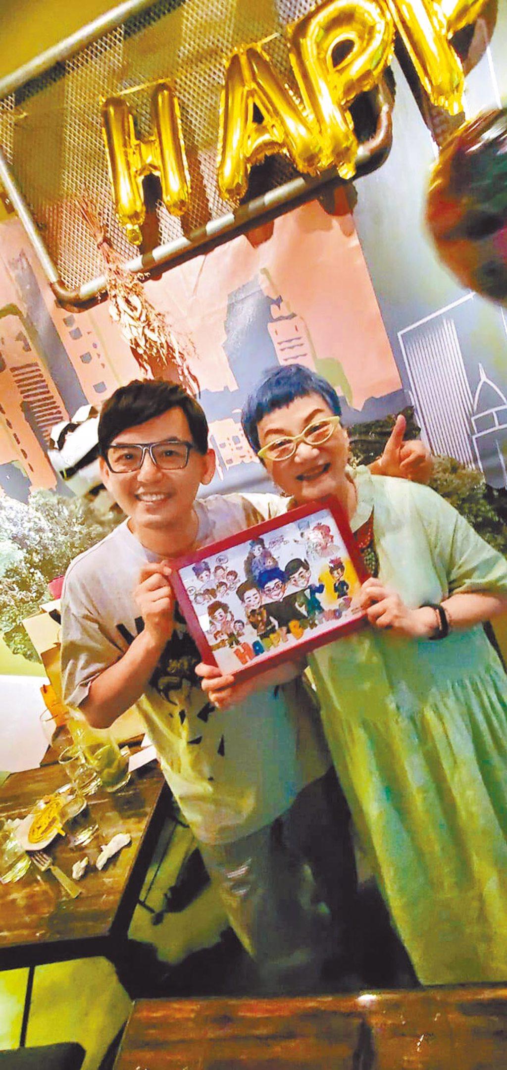 黃子佼(左)前晚為張小燕精心準備生日禮物。(摘自臉書)