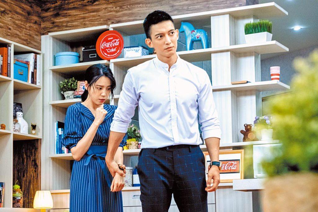 王家梁(右)在《我的青春沒在怕》飾演黑道總經理,默默保護心愛的女人程予希。(三立提供)