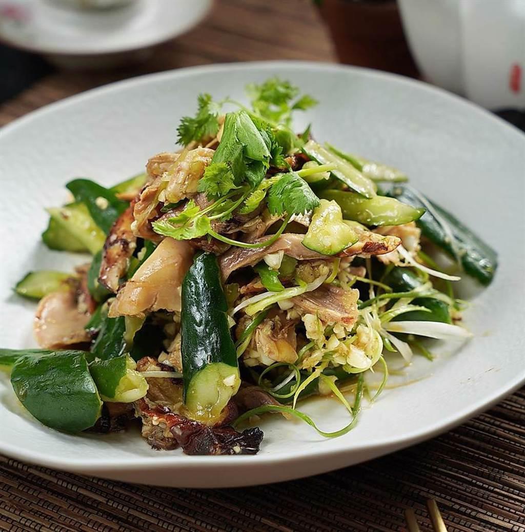 戴爸爸料理的〈山東燒雞〉是家鄉年菜,片撕開的雞肉吸飽醬汁,酸、香、辣共存,滋味夠勁帶出肉質的軟嫩香Q。(圖/君品酒店)